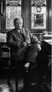 Fotografia de Carl Gustav Jung, pionero de psicología transpersonal de principios del siglo XX.